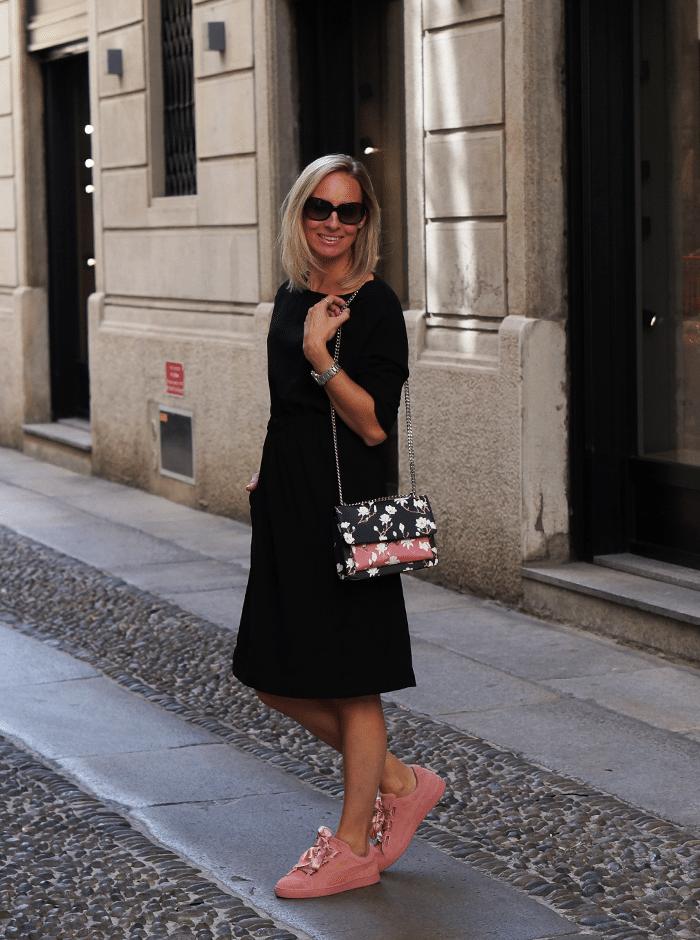 zwart jurkje roze sneakers