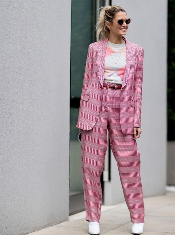roze pak met witte enkellaarsjes