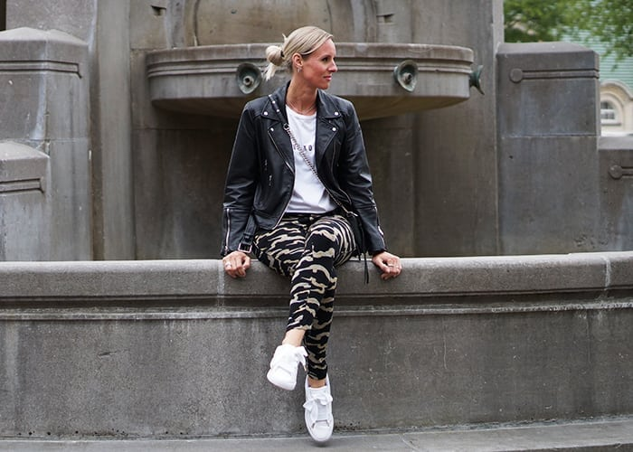 Linnen panterprint broek, witte sneakers en shirt