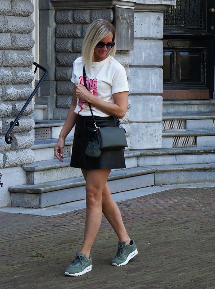 Leren rokje, Nike Air Max 1 sneakers en super leuk Yeez Louise t-shirt!