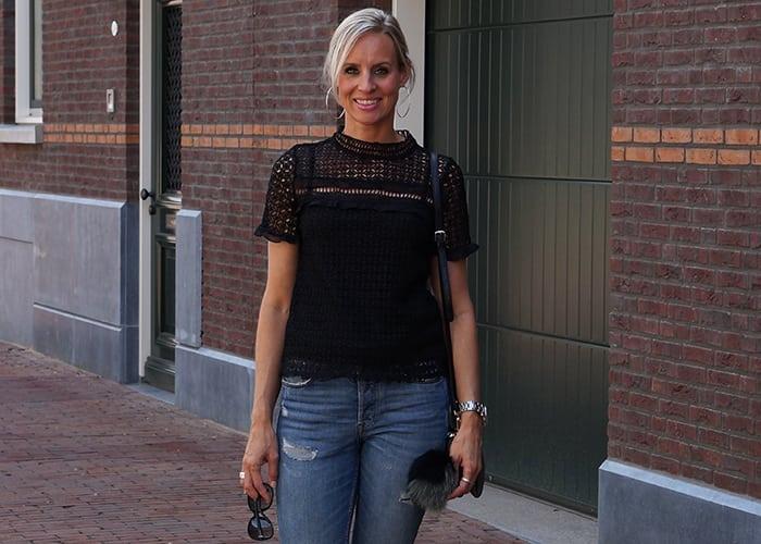 jeans met zwarte kante top