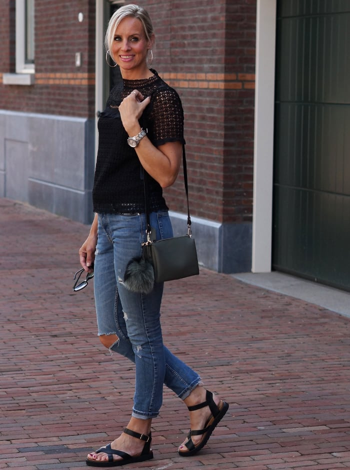 Ripped jeans, zwarte top met heerlijke sandalen van Manfiels