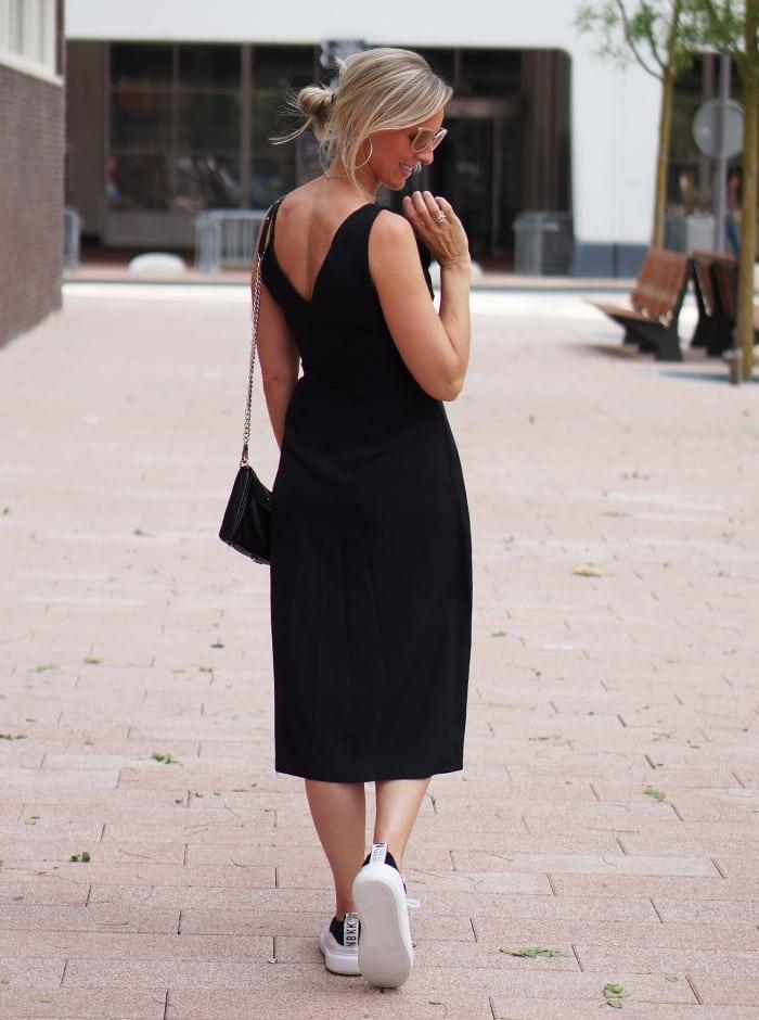 Little black dress, Nubikk sneakers en te gekke Michael Kors zonnebril, Love it!