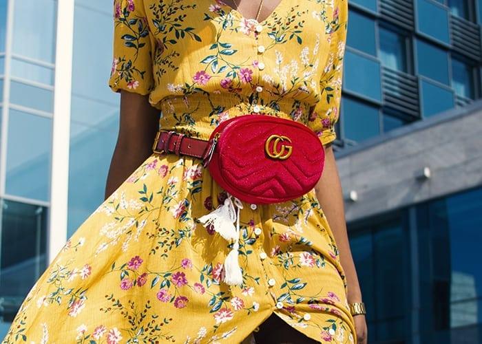 Te gekke bum bag in combinatie met gele jurk