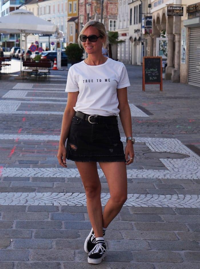 Zeker Styled by Chris, zwarte rokje, witte top en mijn favoriete Vans