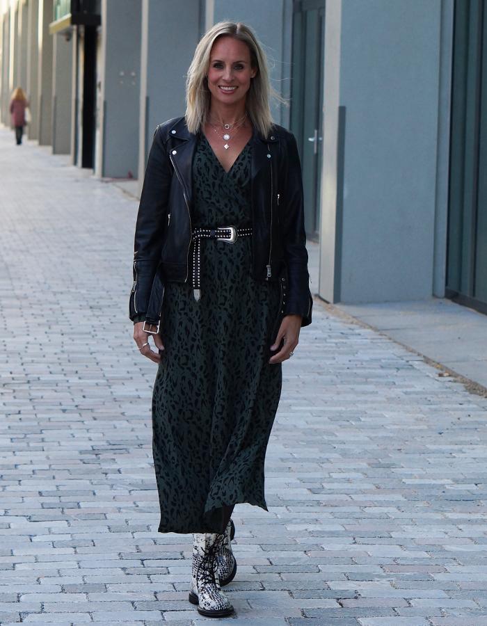 outfit met maxidress en bikerjack